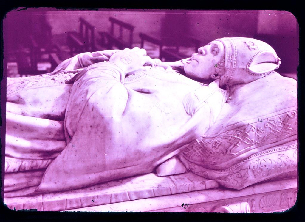Sepulcro del Cardenal Tavera en Toledo hacia 1965. Diapositiva incluida en el Librofilm Aguilar dedicado a la ciudad en ese año. Colección personal de Eduardo Sánchez Butragueño.