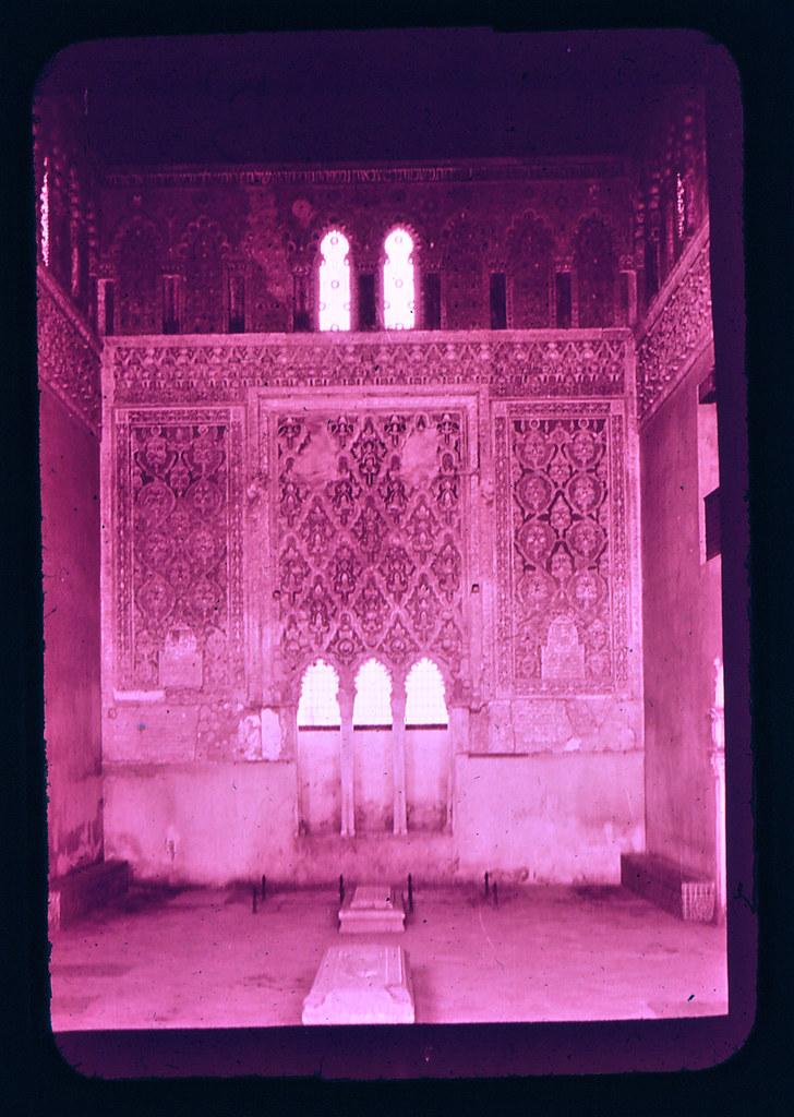 Interior de la Sinagoga del Tránsito en Toledo hacia 1965. Diapositiva incluida en el Librofilm Aguilar dedicado a la ciudad en ese año. Colección personal de Eduardo Sánchez Butragueño.