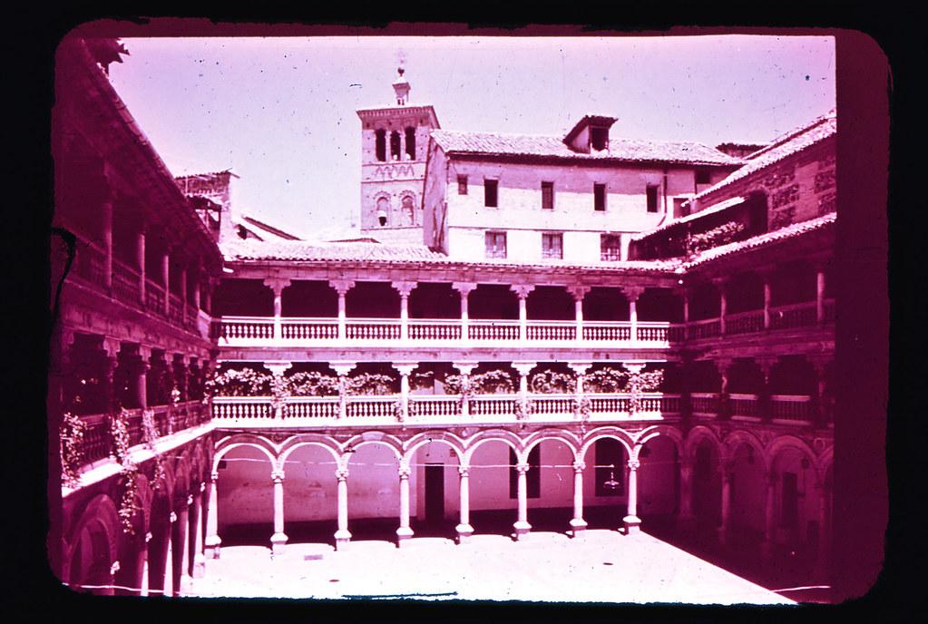 Patio del Convento de San Pedro Mártir en Toledo hacia 1965. Diapositiva incluida en el Librofilm Aguilar dedicado a la ciudad en ese año. Colección personal de Eduardo Sánchez Butragueño.