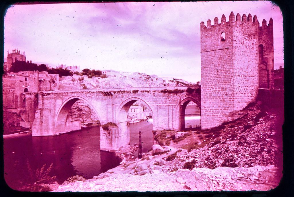 Puente de San Martín en Toledo hacia 1965. Diapositiva incluida en el Librofilm Aguilar dedicado a la ciudad en ese año. Colección personal de Eduardo Sánchez Butragueño.