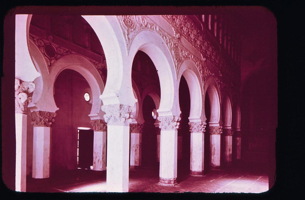 Sinagoga de Santa María la Blanca en Toledo hacia 1965. Diapositiva incluida en el Librofilm Aguilar dedicado a la ciudad en ese año. Colección personal de Eduardo Sánchez Butragueño.