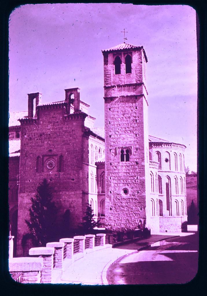 Iglesia de Santiago del Arrabal en Toledo hacia 1965. Diapositiva incluida en el Librofilm Aguilar dedicado a la ciudad en ese año. Colección personal de Eduardo Sánchez Butragueño.