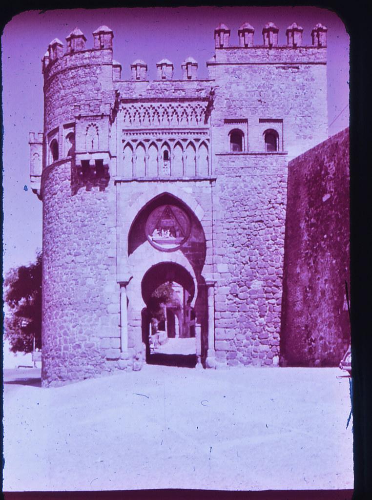 Puerta del Sol en Toledo hacia 1965. Diapositiva incluida en el Librofilm Aguilar dedicado a la ciudad en ese año. Colección personal de Eduardo Sánchez Butragueño.