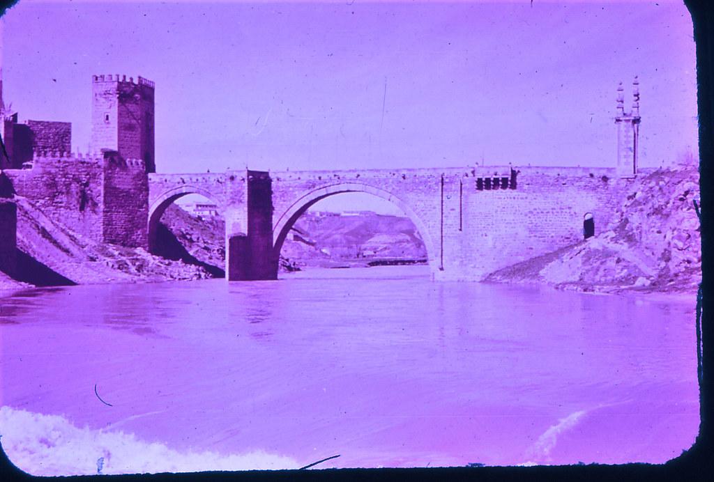 Puente de Alcántara en Toledo hacia 1965. Diapositiva incluida en el Librofilm Aguilar dedicado a la ciudad en ese año. Colección personal de Eduardo Sánchez Butragueño.