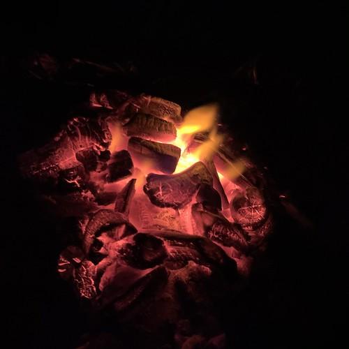 炭火で暖まる
