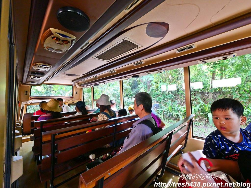 P1015571坐車參觀三個國家的動物,有解說員用英文與印尼話介紹