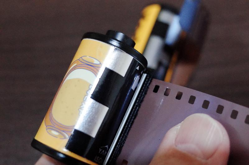 宇宙の片隅ISO400 24枚撮りフィルムパトローネにDXコードシールを貼ってみる