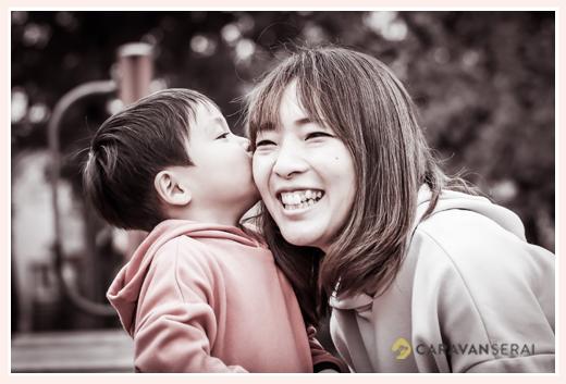 ママにチューする男の子