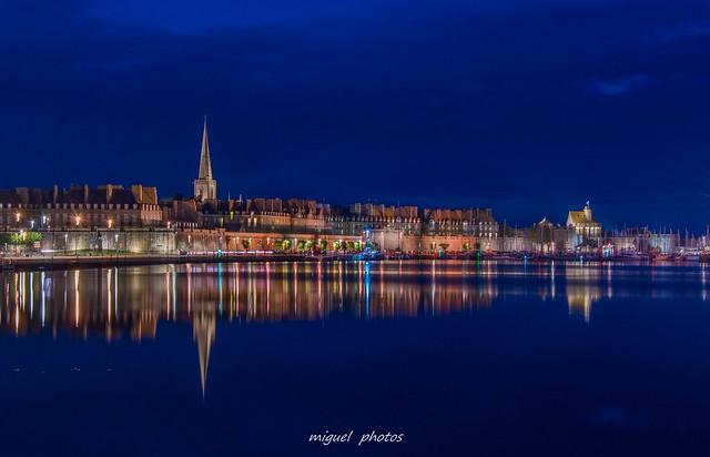Les reflets de la cité corsaire à l'heure bleue ( 35 Saint-malo , Bretagne )