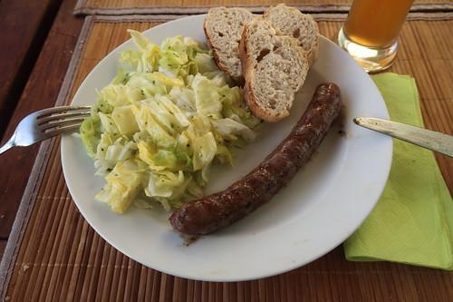Frische Rindsbratwurst mit Baguette und Zuckerhut-Salat