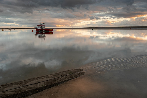 essex leighonsea twotreeisland riverthames clouds reflection boat fishingboat sunset