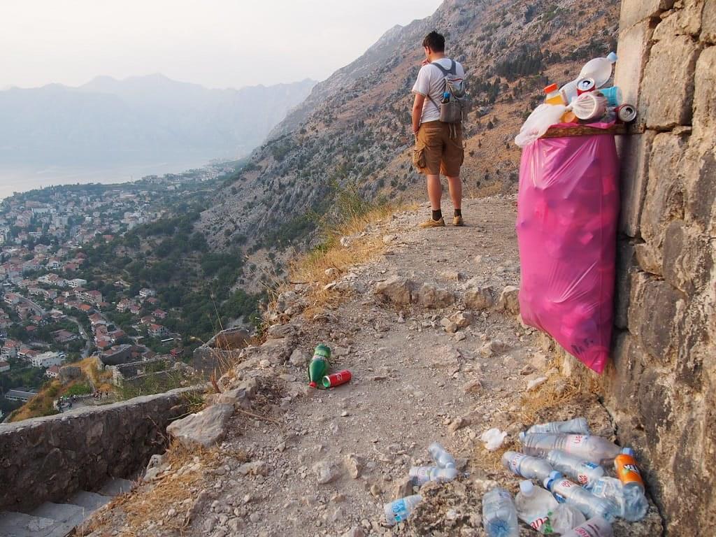 Kotor vár tetején rengeteg pet palack_hulladékmentes utazás
