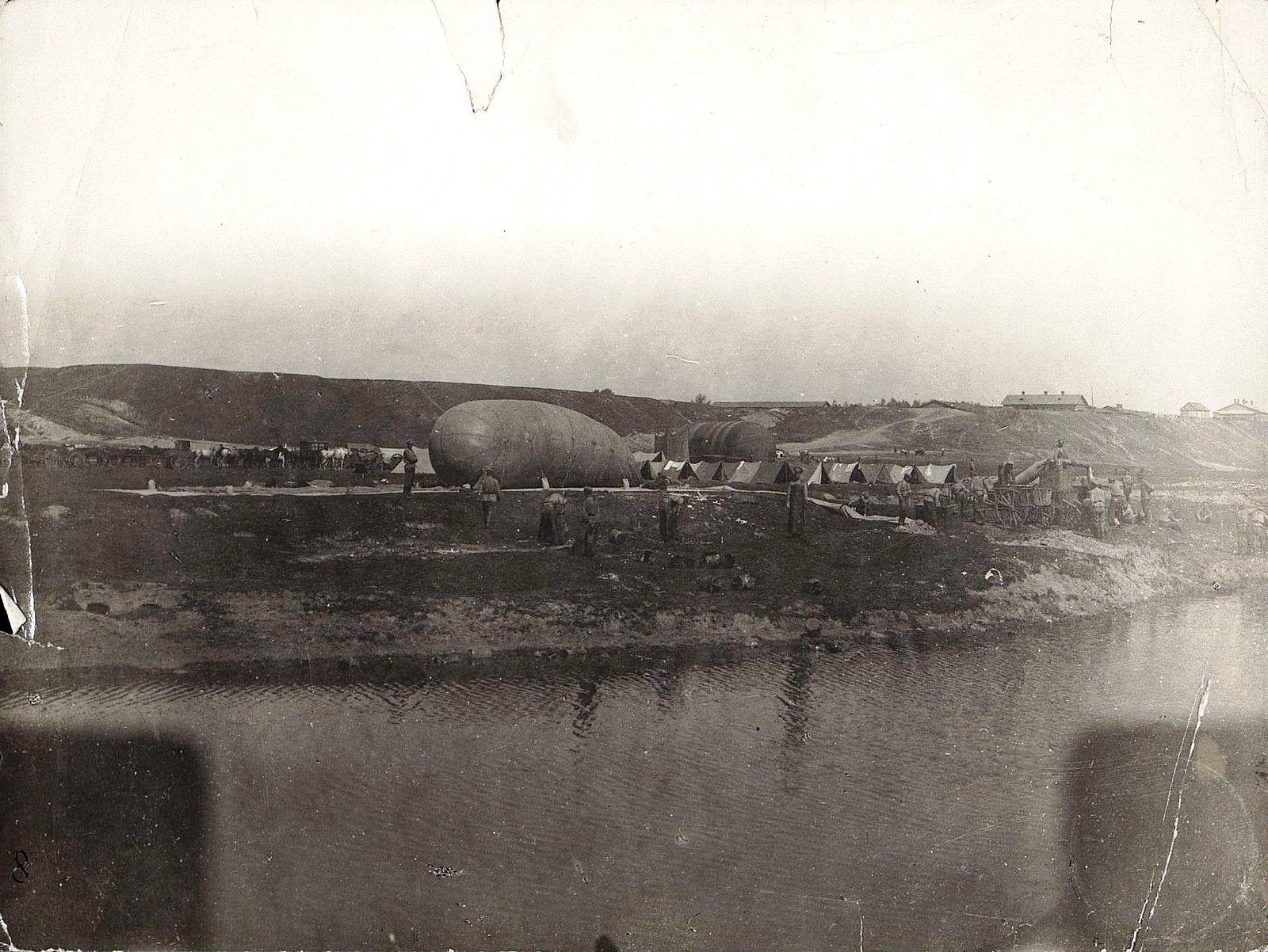 1915. Добыча газа для аэростатов на берегу реки Буг у Владавы