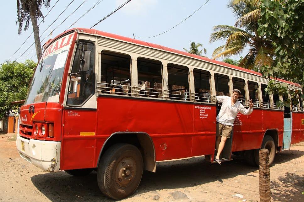 környezettudatos utazók tömegközlekednek indiában
