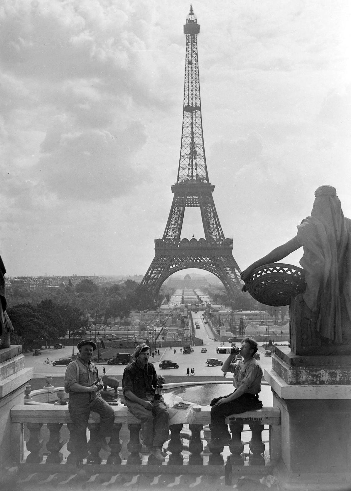 20. 1935. Перерыв на обед рабочих, сносящих дворец Трокадеро напротив моста Йены в сентябре