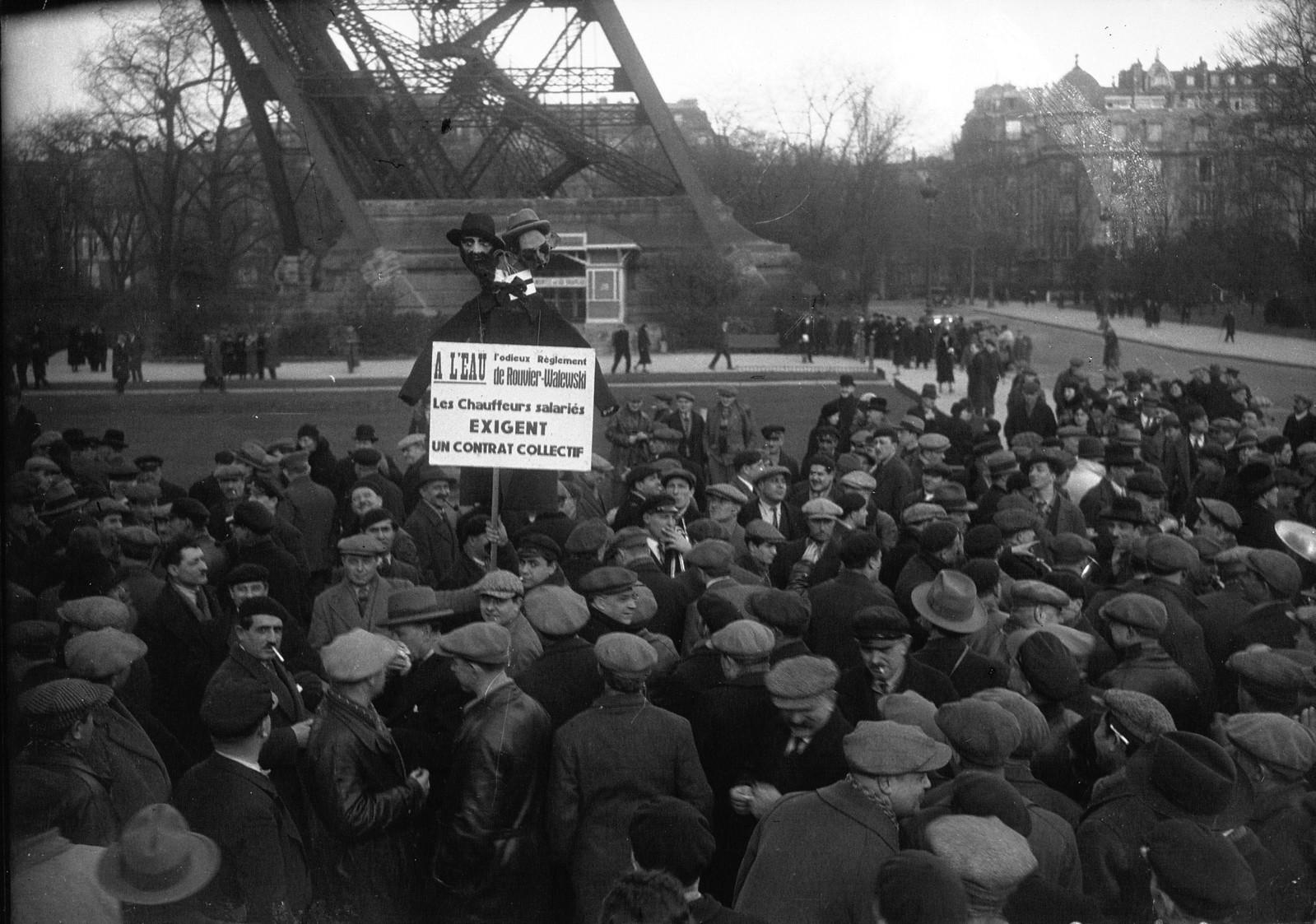 13. 1934. Забастовка таксистов. Демонстрация у подножия Эйфелевой башни