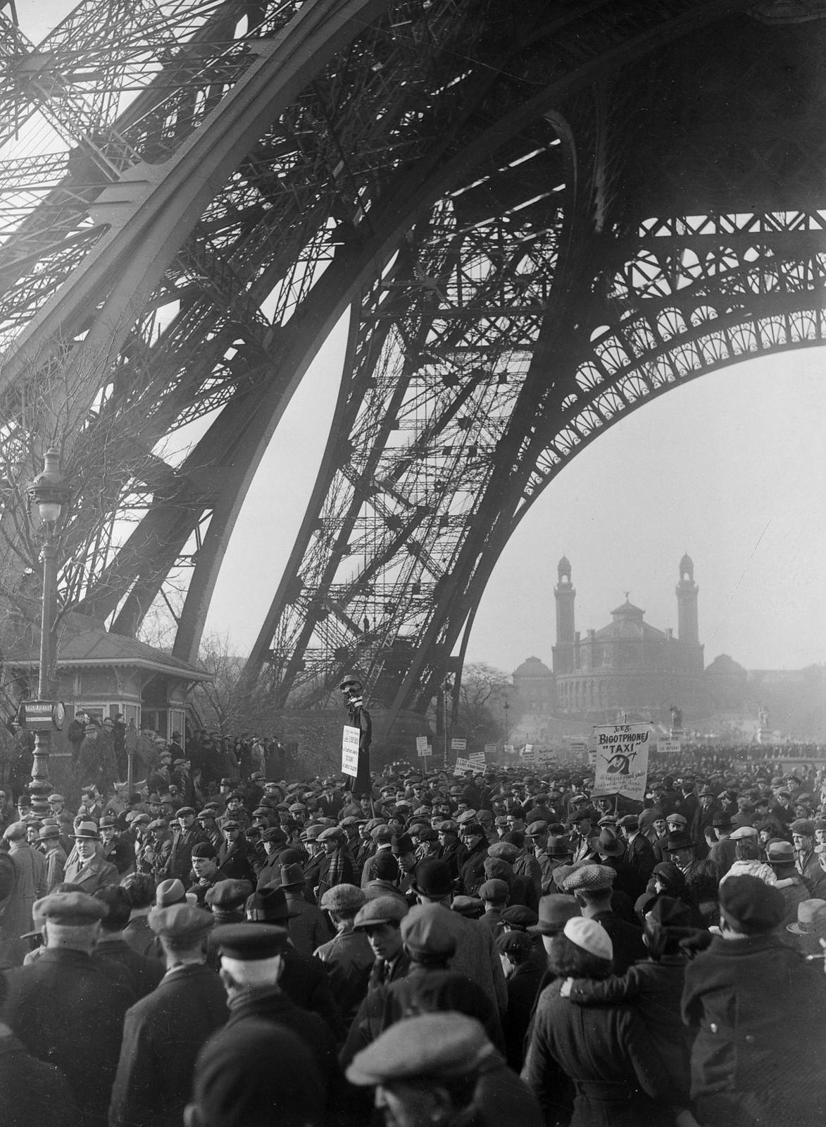 12. 1934. Забастовка таксистов. Демонстрация у подножия Эйфелевой башни