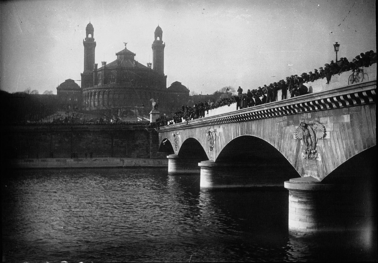 08. 1934. Забастовка таксистов. Толпа движется к Эйфелевой башне