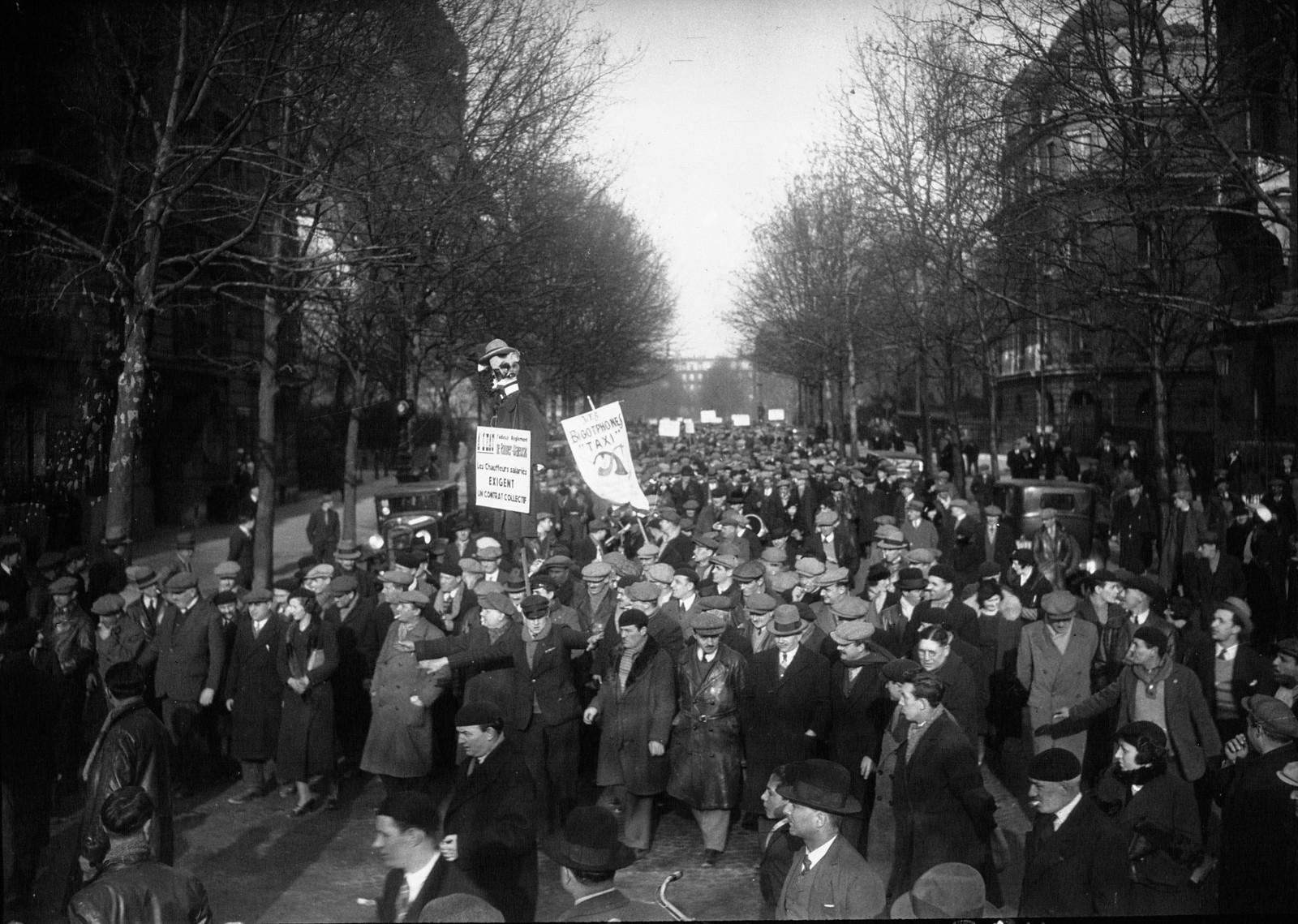 07. 1934. Забастовка таксистов. Толпа движется к Эйфелевой башне