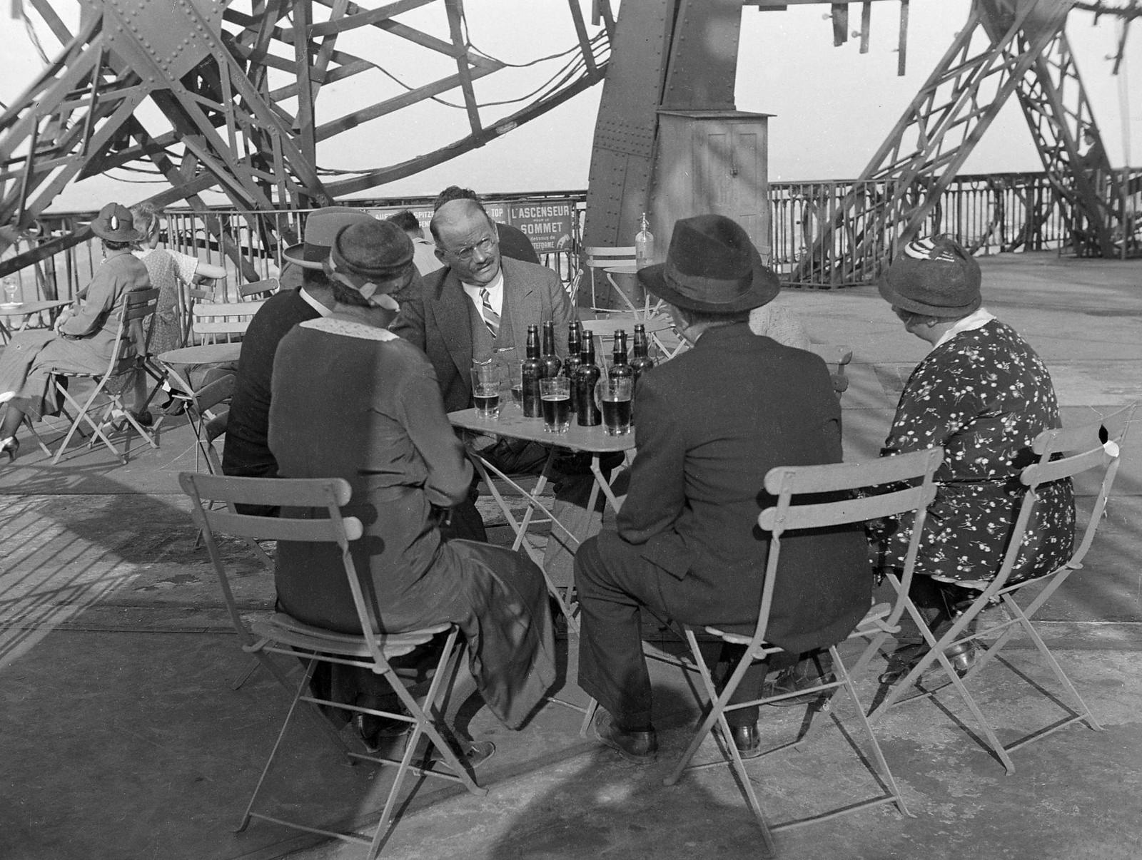 01. 1934. Туристы и провинциалы на террасе кафе на первом этаже Эйфелевой башни