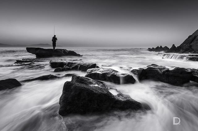 Pescador en Azkorri - - Paisaje en blanco y negro