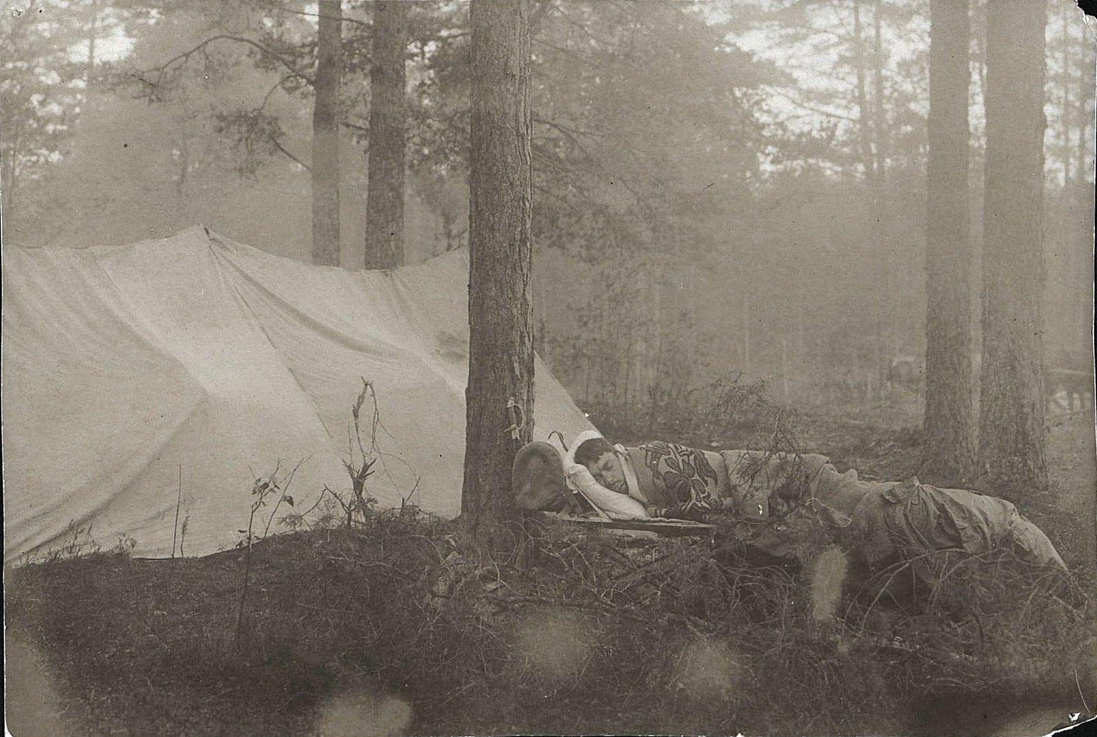 1915. Прапорщик Анощенко Николай Дмитриевич, фронтовой фотограф, спит около палатки