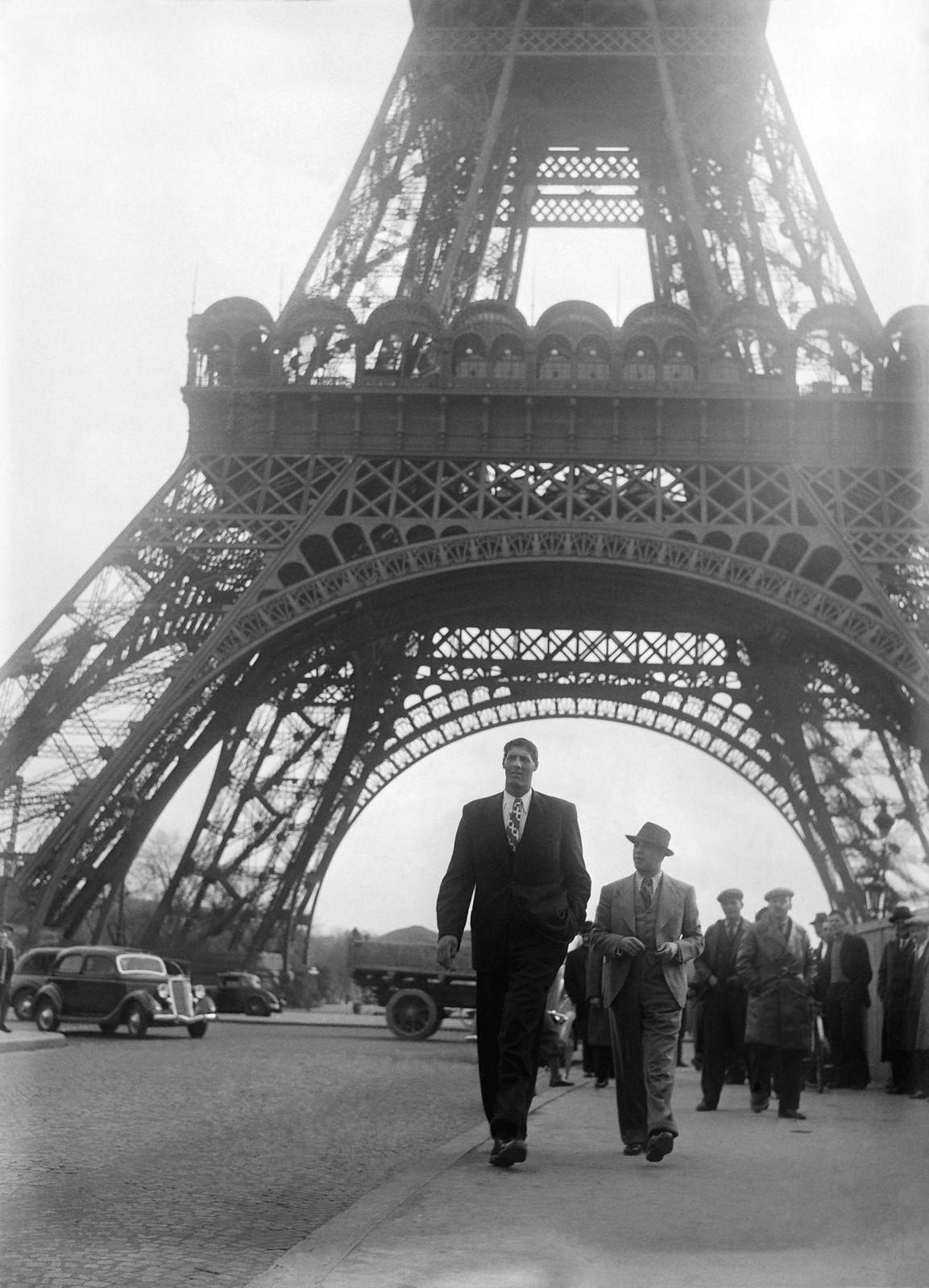 17. 1935. Румынский гигант боксер Гогеа Миту (224 см) посещает Эйфелеву башню