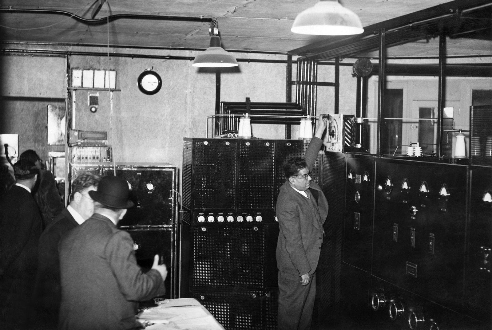 15. 1935. Включение телевизионного передатчика на Эйфелевой башне во время его первого испытания