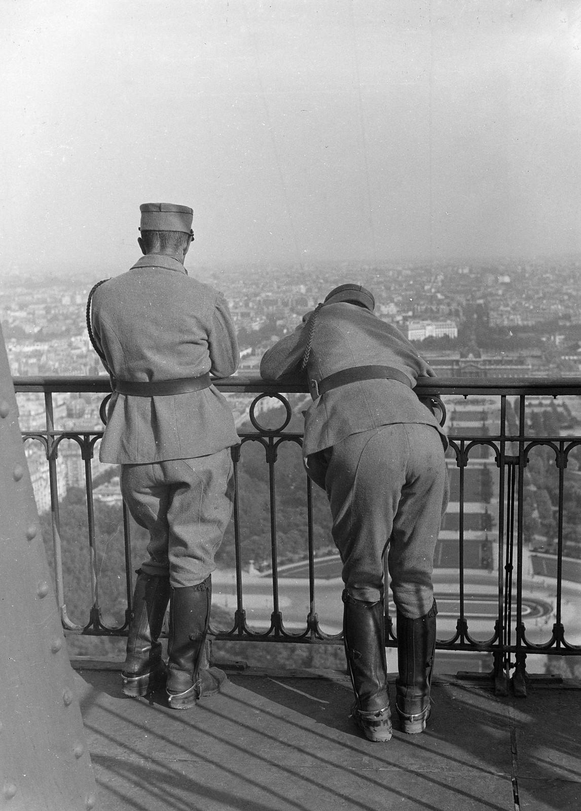 06. 1934. Два солдата смотрят на Париж с Эйфелевой башни