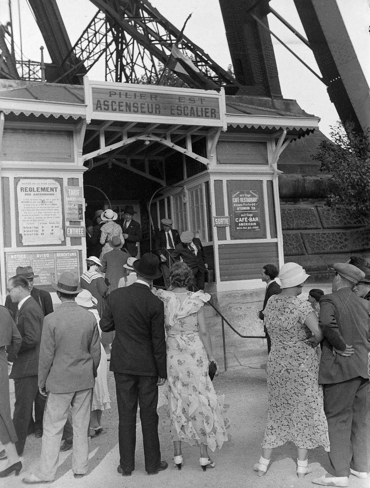 03. 1934. Очередь туристов и провинциалов перед лифтом на Эйфелевой башне