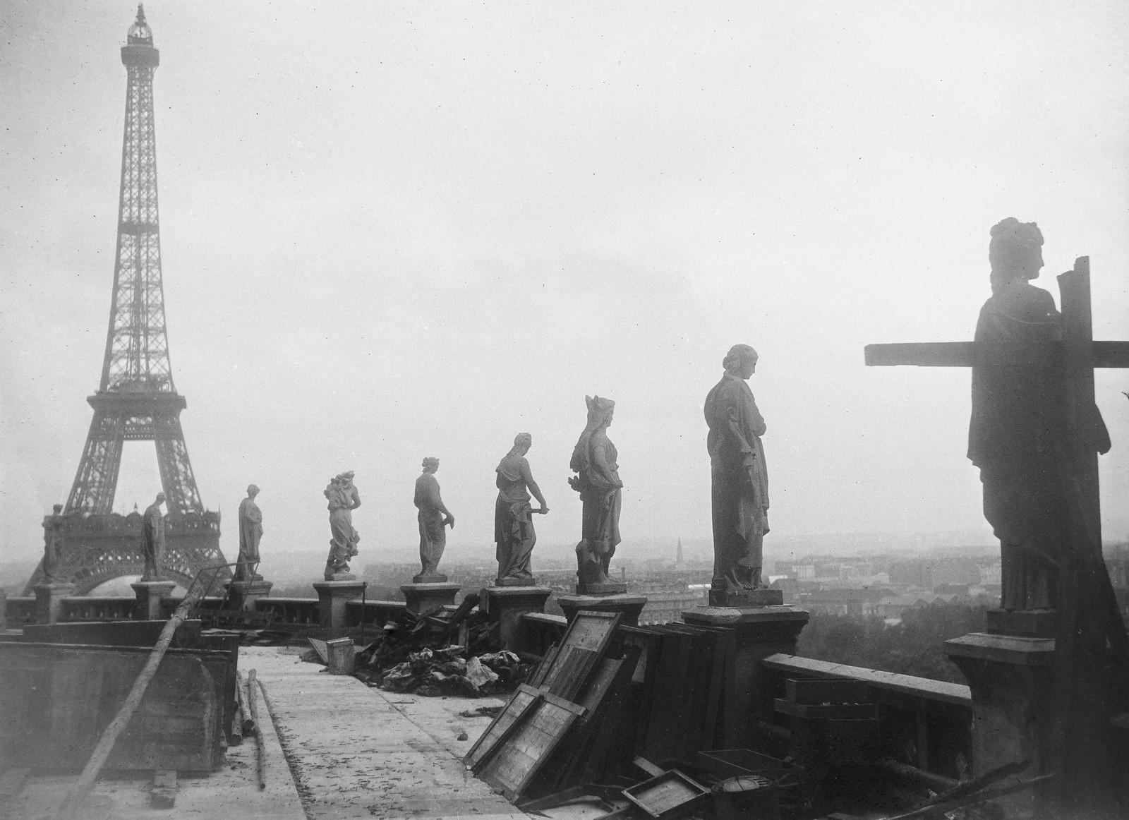 18. 1935. Вид на Эйфелеву башню с террасы Трокадео
