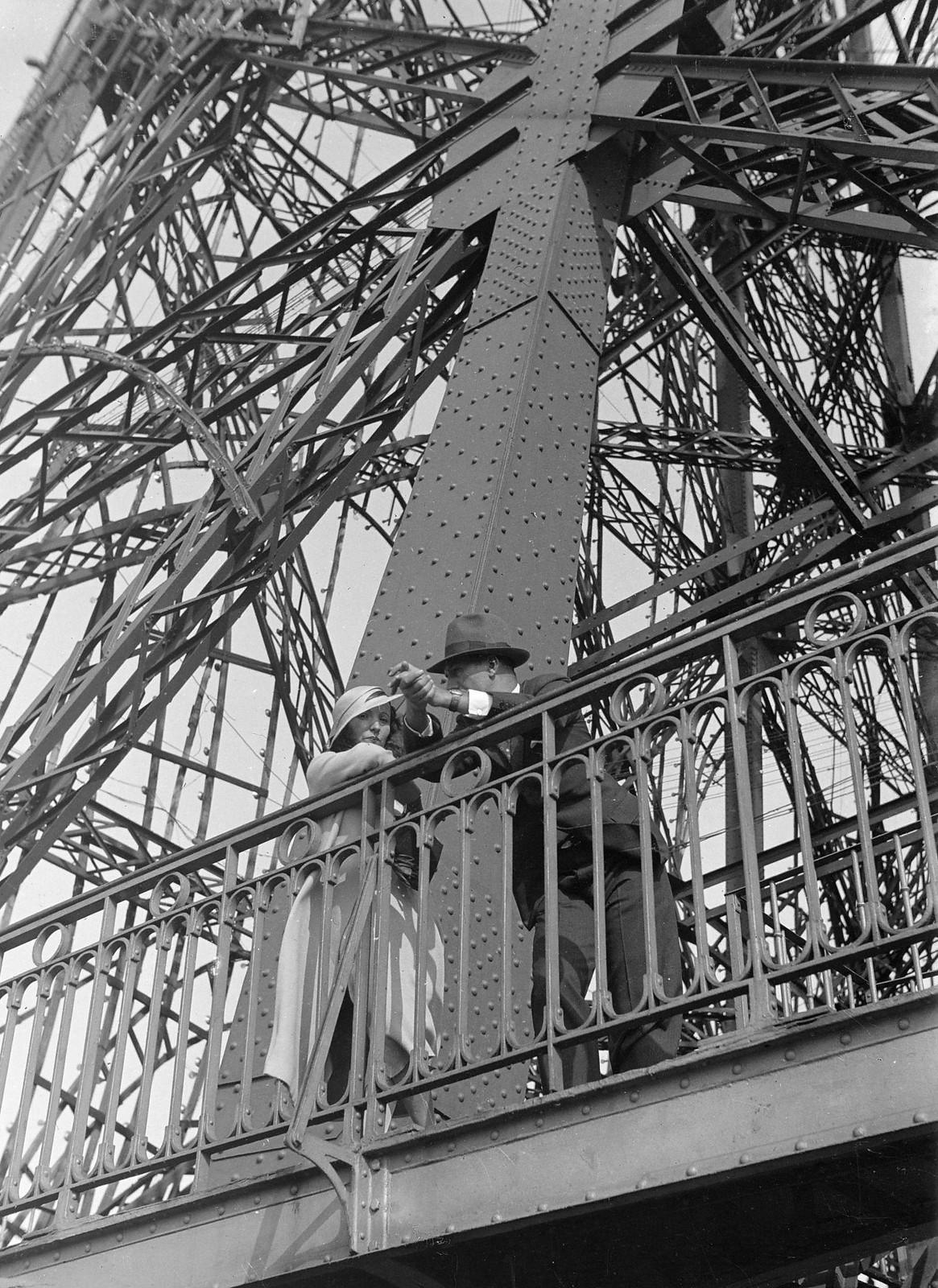 04. 1934. Туристы и провинциалы  на  Эйфелевой башне