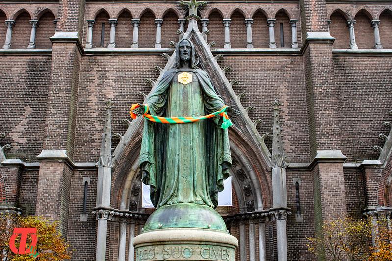 Kunstwerken en Figuren in Tilburg versierd met Groen en Oranje Sjaal | Woensdag 11 November 2020