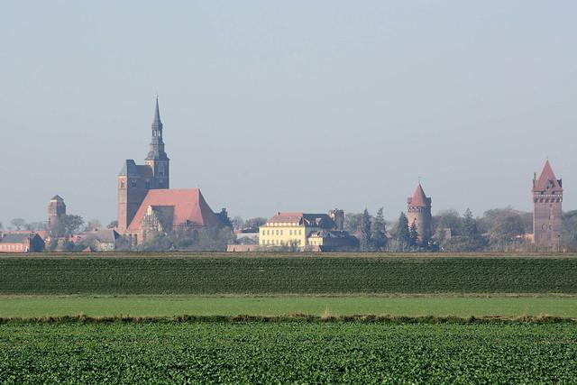 0817 Fischbeck (Elbe) ist ein Ortsteil der Gemeinde Wust-Fischbeck im Landkreis Stendal in Sachsen-Anhalt. Blick von Fischbeck zu den Türmen der Stadt Tangermünde.