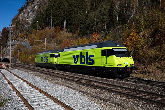 1M1A5380 Re 465 015 (mit R3 Datum Bö 30.10.2020) und Schwesterlok 013 auf Testfahrt nach dem Refit am 30.10.2020 bei der Durchfahrt in Felsenburg
