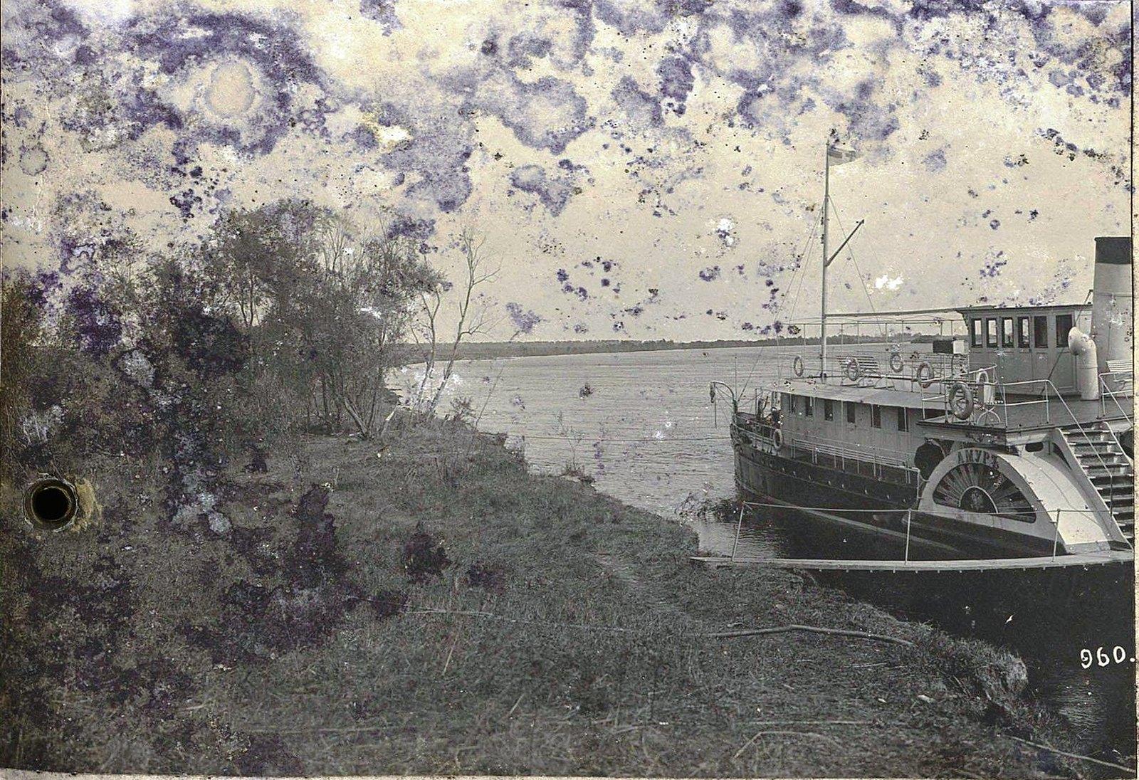 960. Корабль «Амур» у берега