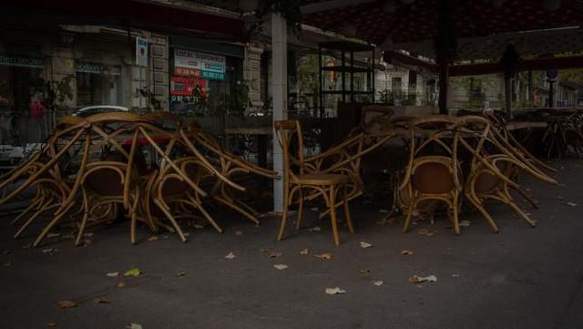 sillas-recogidas-de-una-terraza-de-un-bar-cerrado