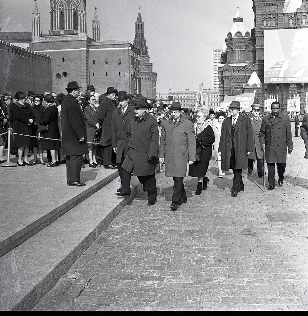 1974. На Красной площади во время первомайской демонстрации. 1 мая