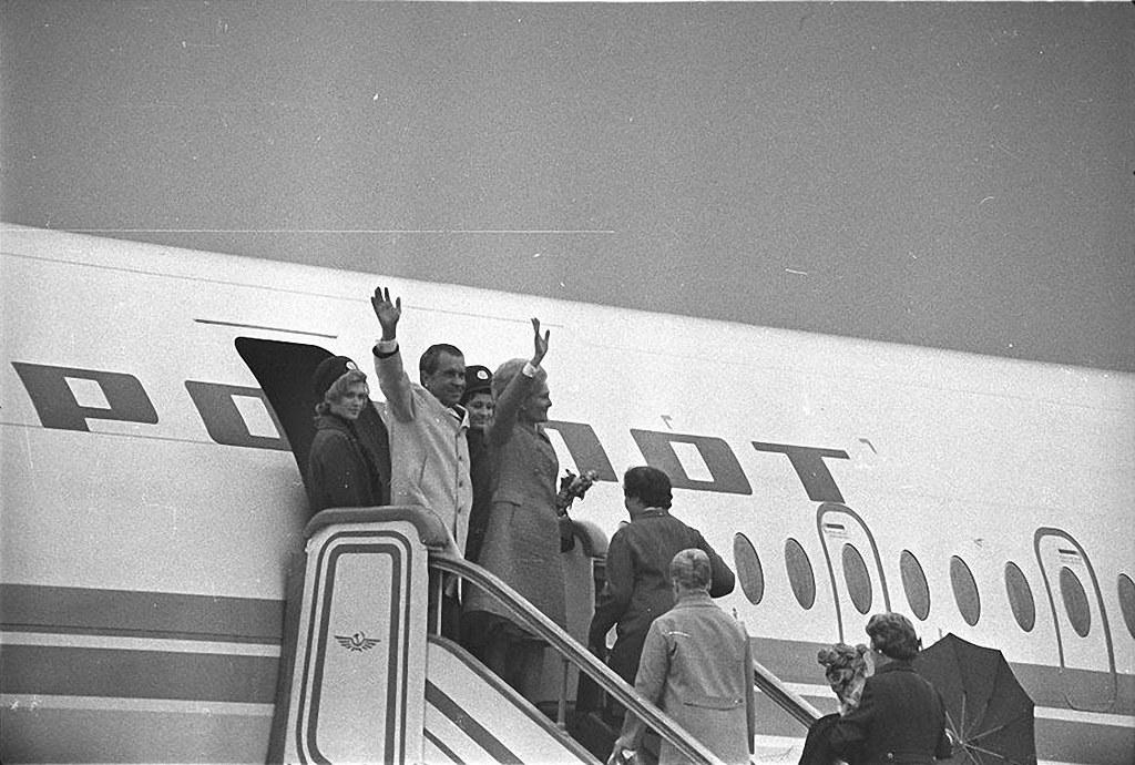 1974. Визит закончен. Президент США Р. Никсон на трапе самолета. Аэропорт Шереметьево. май