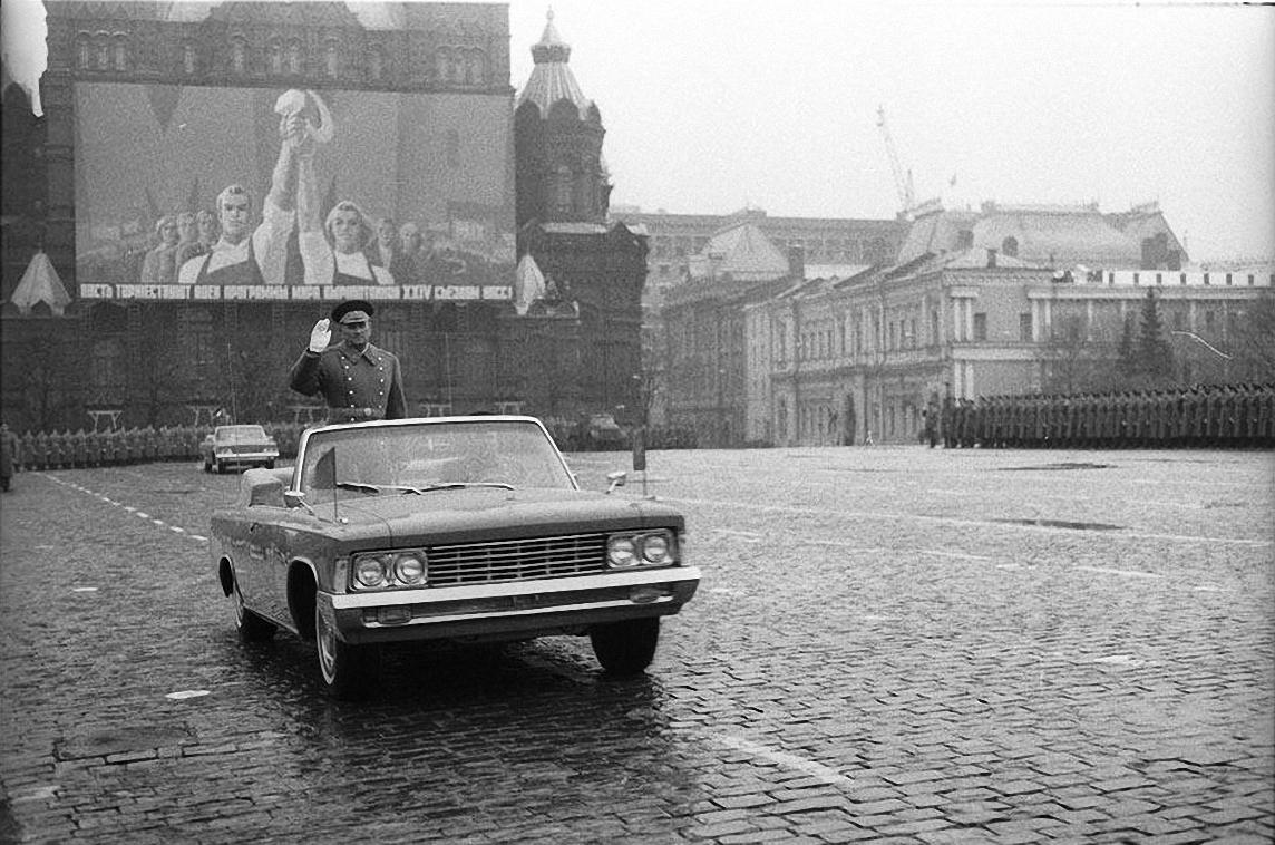 1974. Под дождем. Красная площадь. 7 ноября