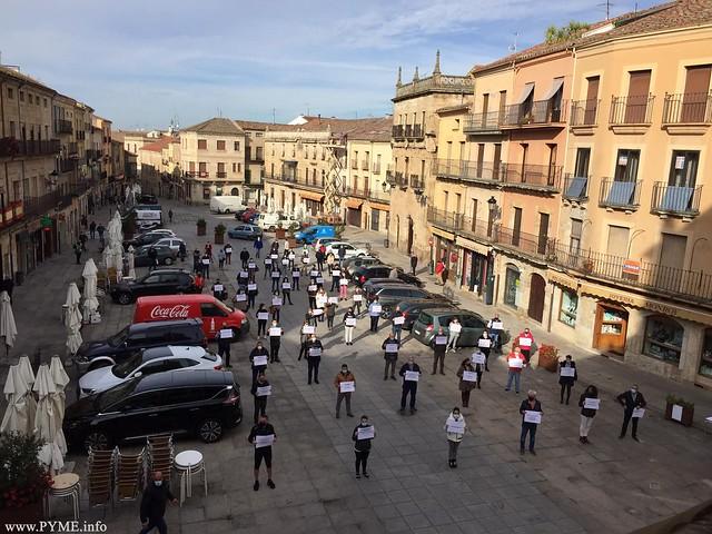 Los empresarios de Hostelería de la comarca de Ciudad Rodrigo se manifiestan en la Plaza Mayor de la ciudad mirobrigense.