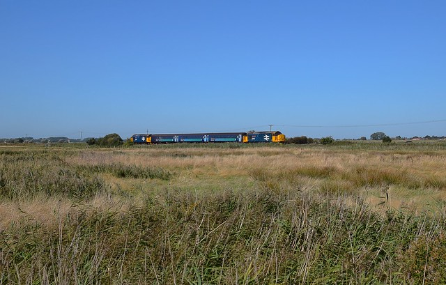 37424 top n tail with 37409 approach the end of the Acle Straight at Stracy Arms, working the 12.37 Norwich to Gt Yarmouth short set. 21 09 2019