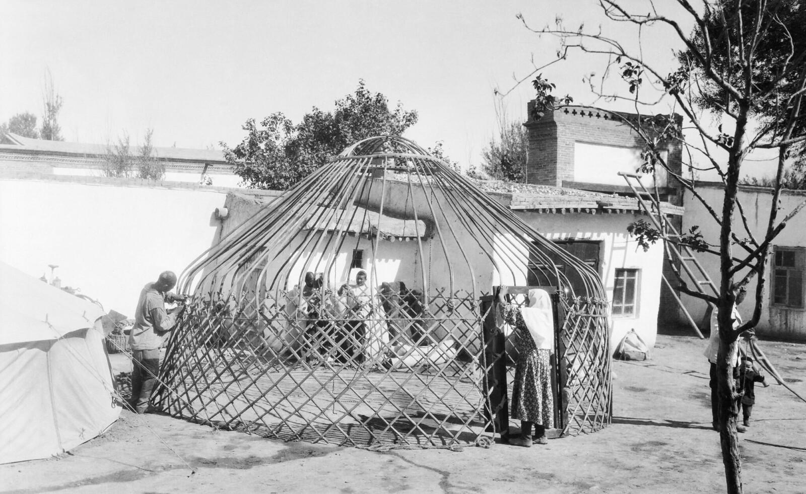 1931. Строительство юрты в Монголии