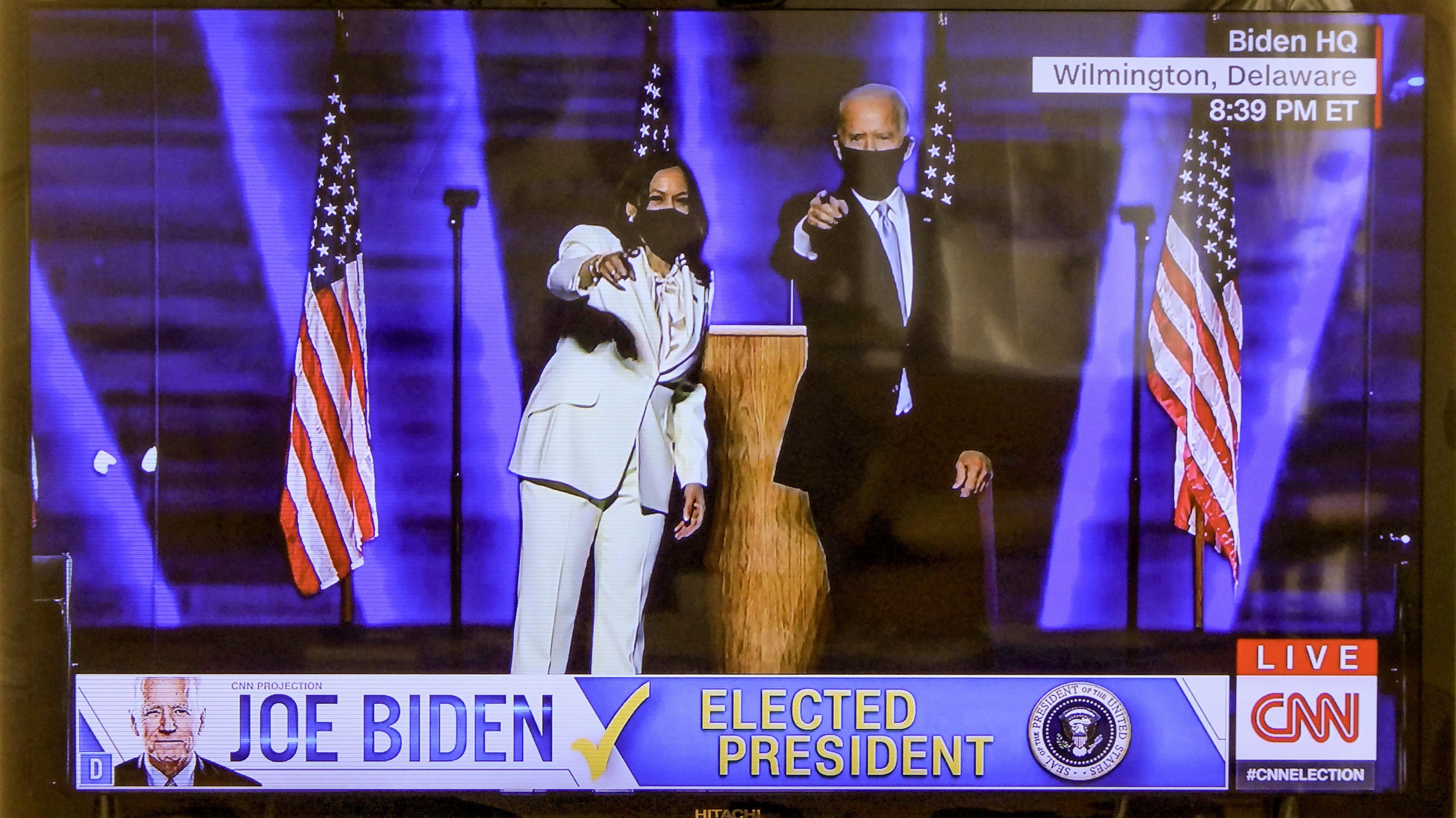 ハリス氏「初の女性副大統領になるかもしれないが、最後ではない」とスピーチしバイデン氏を紹介(CNN生中継より)