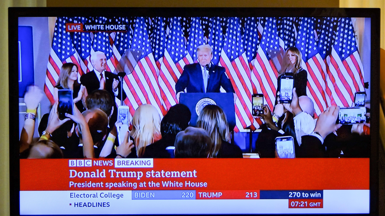 夫人・ペンス副大統領夫妻を従え「勝った」と会見するトランプ大統領(BBC生中継より)
