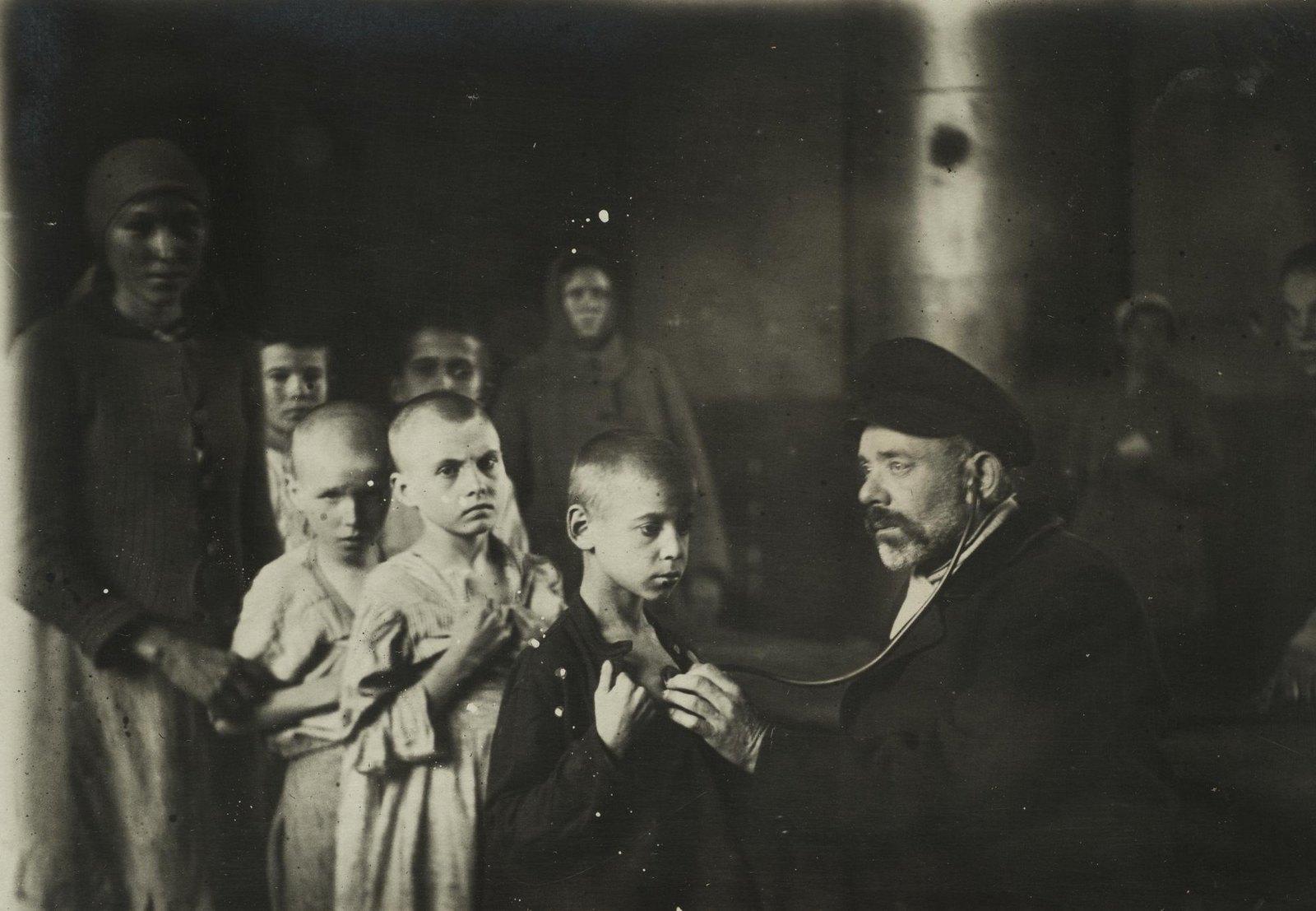 Осмотр детей в детском доме (Самарская губ., г. Самара)