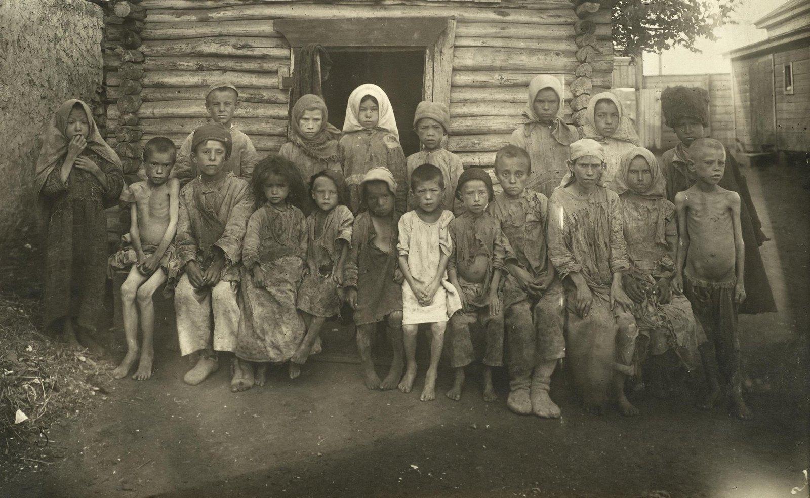 Голодные дети мусульман из приёмника № 17 (Самарская губ., Бугурусланский уезд, г. Бугуруслан).