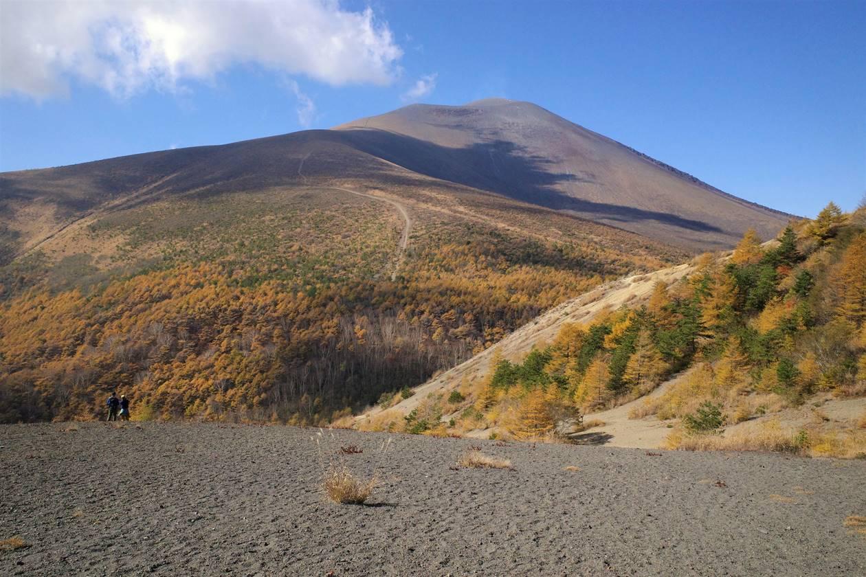 【軽井沢】小浅間山山頂から眺める浅間山と紅葉風景