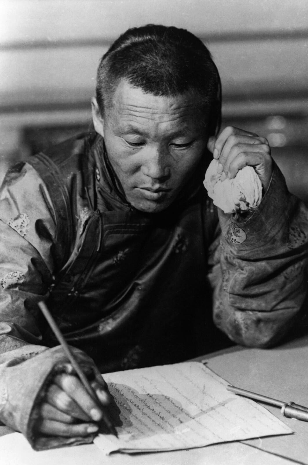 1921. Секретарь монгольской делегации подписывает договор об установлении дипломатических отношений с Советской Россией