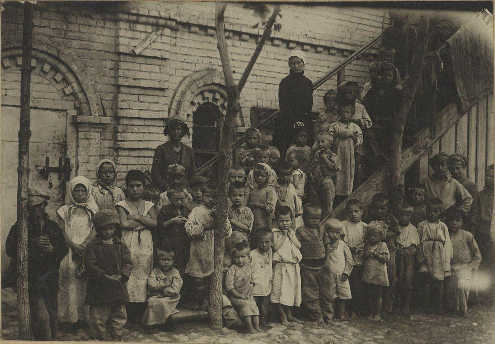Детский приёмник. Истощённые холодом и голодом дети, собранные на вокзалах и пристанях (Самарская губ., г. Самара)..